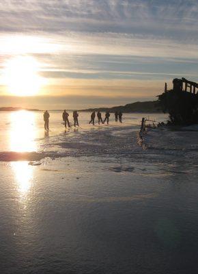 Ryskarsfjorden langs wrak bij zonsondergang